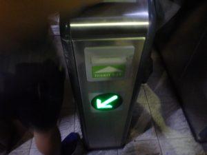 切符カードの差し込み口がある自動改札口