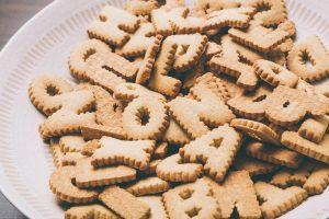 皿の上のもられるてんこ盛りのアルファベット型クッキーのお菓子