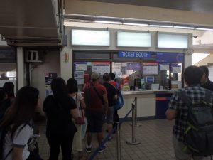 チケットカウンターに並ぶ人たち