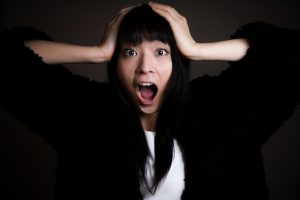 女性が後悔した時にする動作を表現