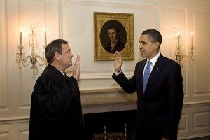 宣誓するオバマ大統領