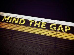 駅のプラットフォームに書かれているMind The Gapの注意書き