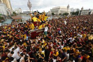 マニラのブラック・ナザレ祭に参加する群衆たち