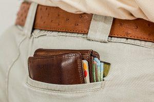 ズボンの後ろポケットに入っている財布