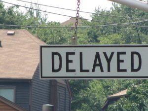 Delayedと書かれた標識