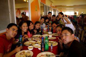 Cntで小宴会するフィリピンの若者グループ