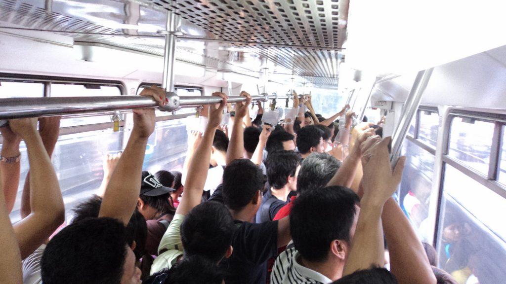 マニラ満員電車の中の様子