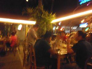 青空天井のお店でビールを楽しむ西洋系の人たち