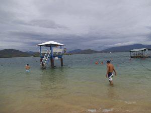 パラワンルリ島で水遊びをする人たち