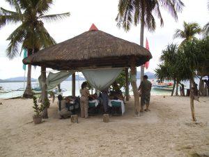 パンダン島の藁葺きマッサージショップ