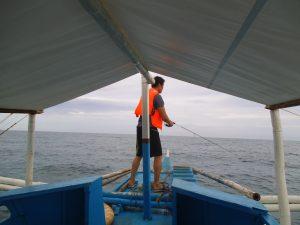 ボートの上で釣りを楽しむ男性
