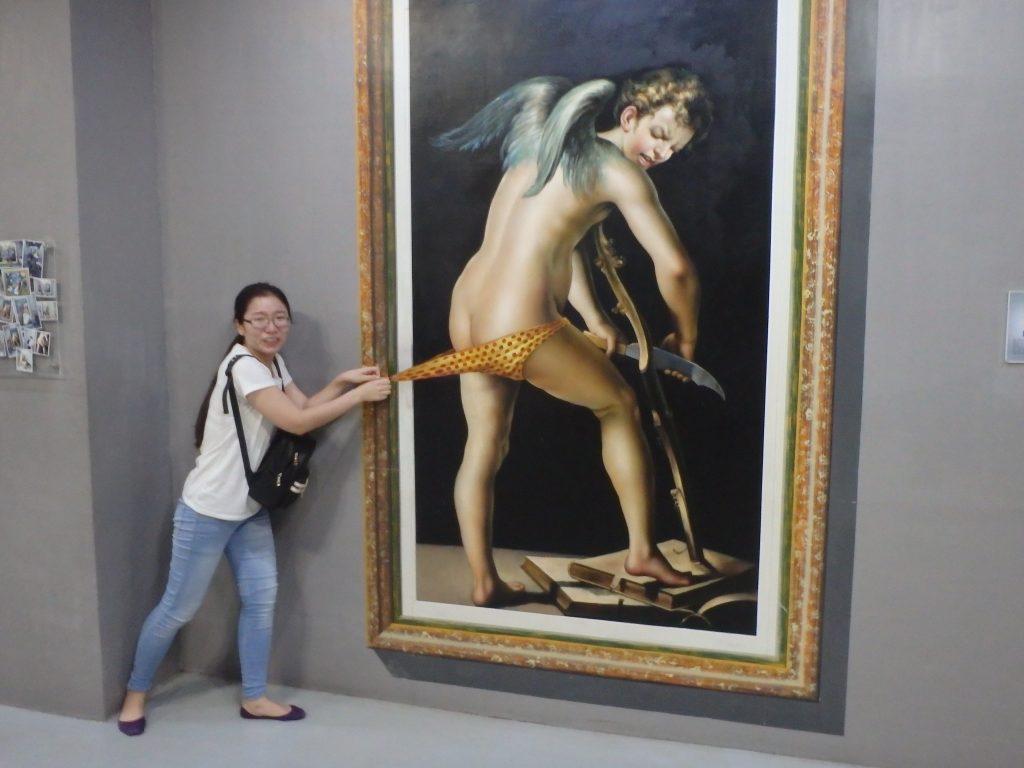 天使のパンツを引き剥がすように仕立てられたトリックアート