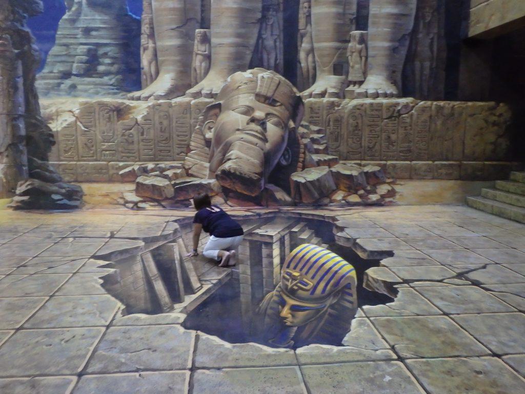 3D博物館を訪れた一般客がエジプトのピラミッド内を発掘しているように見えるトリックアート