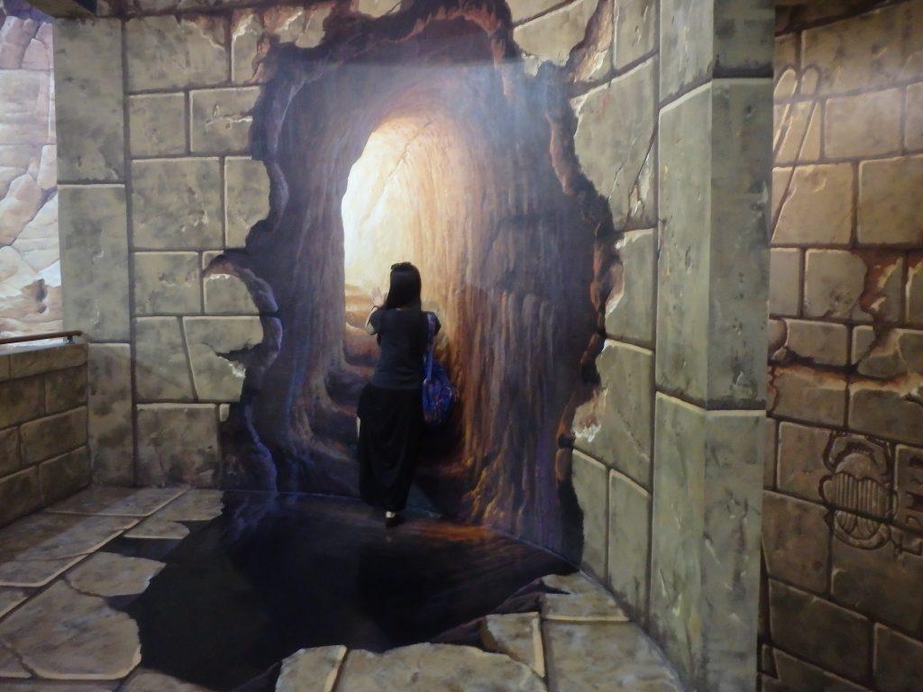一般客が絵の階段を登るように見えるトリックアート