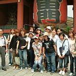 東京の名所浅草雷門前でポーズを取る団体観光客