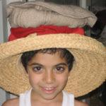 麦わら帽子をかぶる子供