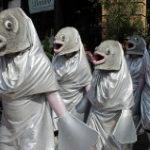 魚のマスクをかぶる行列