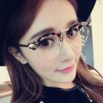 メガネをかけた女性モデル