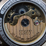 内部機械構造が見える時計