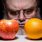 りんごとオレンジ、どっちにするか迷っているおじさん