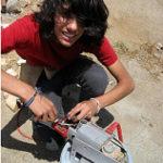 機械を修理する青年