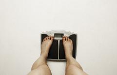 体重計に乗っている女性