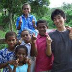 海外ボランティア活動に参加する日本の青年