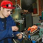 青い作業服で作業する労働者