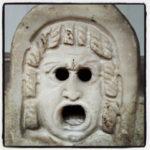 叫び声をあげているジョンレノンの石像