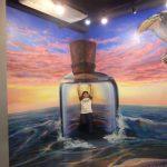 ボトルの中に入った人間のトリックアート