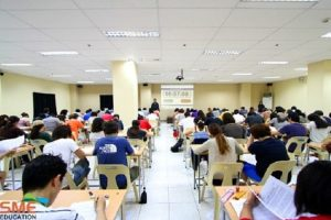 SMEAGでIELTS模擬試験を受験する在学生達