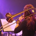 トロンボーンを吹く女性