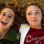 笑っている二人の女の子