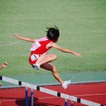 ハードル競技に挑む女子選手