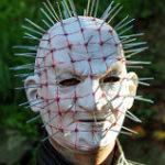 顔中に針を突き刺す怪人