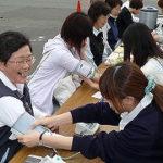 健康診断で血圧を計る人たち