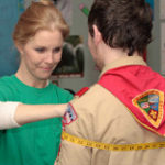 患者の胸囲を測定する看護師