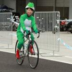 カエルの仮装をして自転車に乗る女性