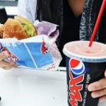 ジャンクの象徴であるコーラとハンバーガー