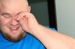 目をごしごし指でこする男性