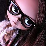 疑心を抱く女性の人形