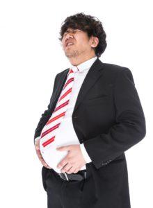 食べ過ぎを後悔する男性