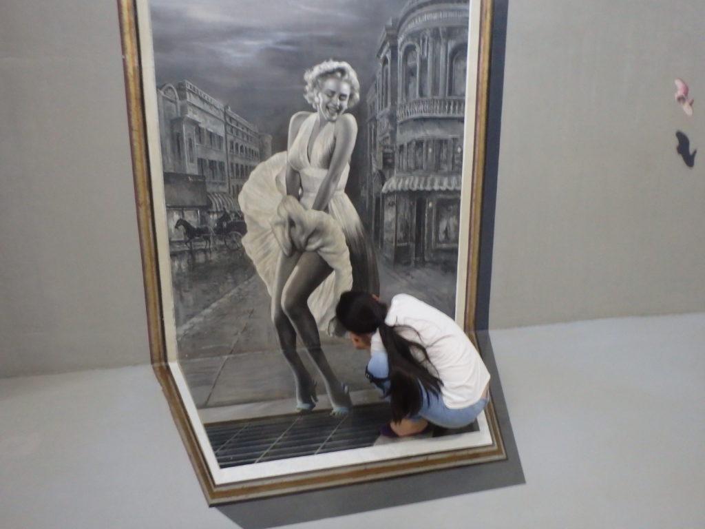 マリリンモンローのスカートの下を覗く女性