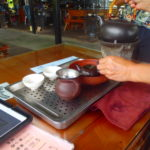 台北猫空の茶房で炭火焼で沸かしたお湯で烏龍茶を楽しむ