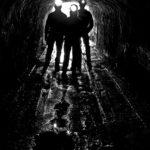 鉱山の中にいる鉱夫たち