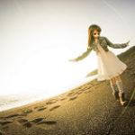 砂浜を歩く女性フィギュア