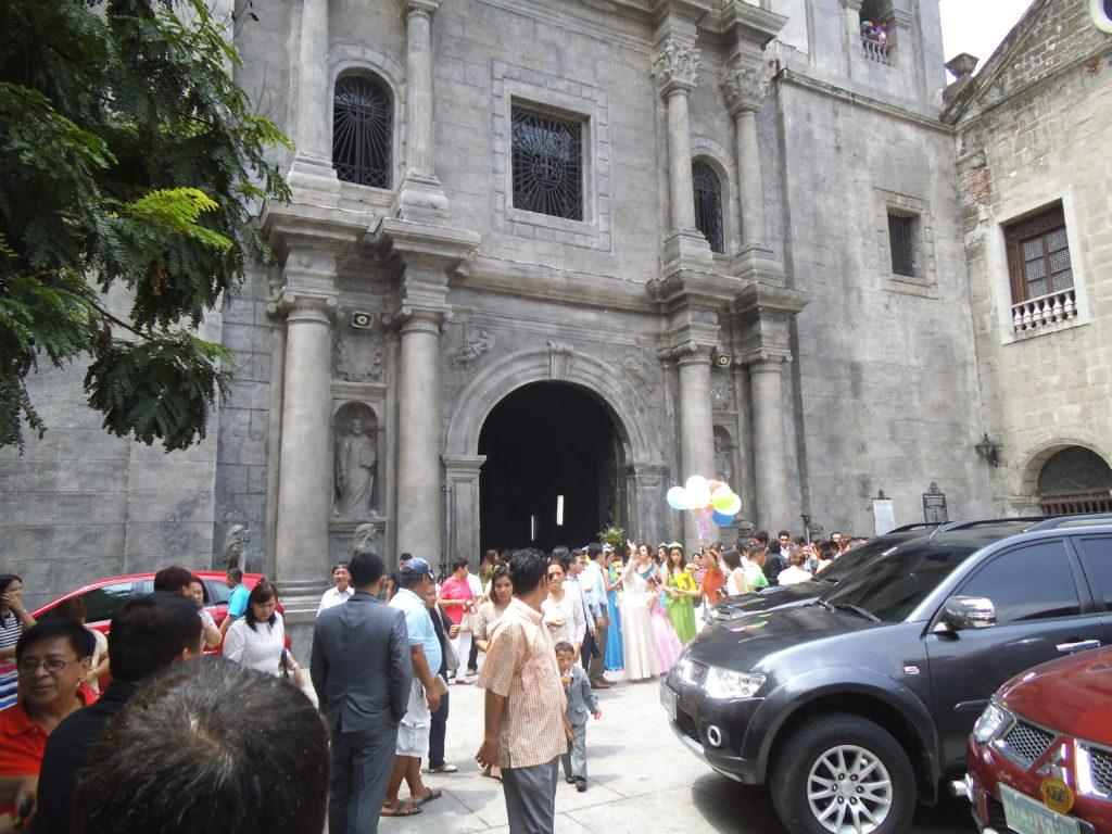 サン・オグスティン教会で結婚式を終えたフィリピン人新郎新婦