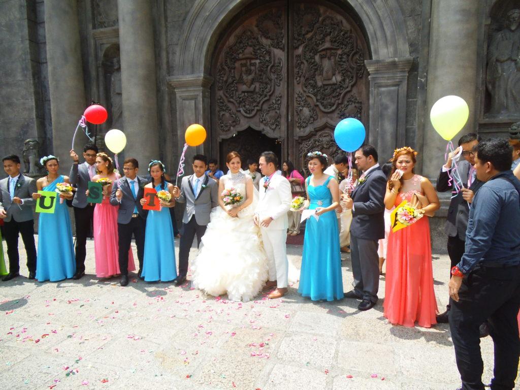 サン・オグスティン教会前で友達から祝福を受ける新郎新婦