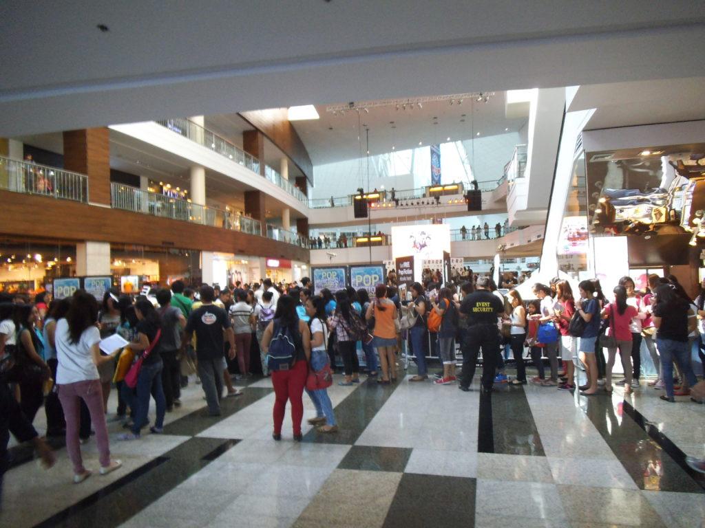 人々がたくさん集まっている1階の大広間