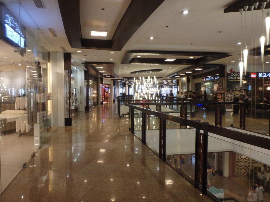 グリーンベルトの中にあるショッピングビルのフロア